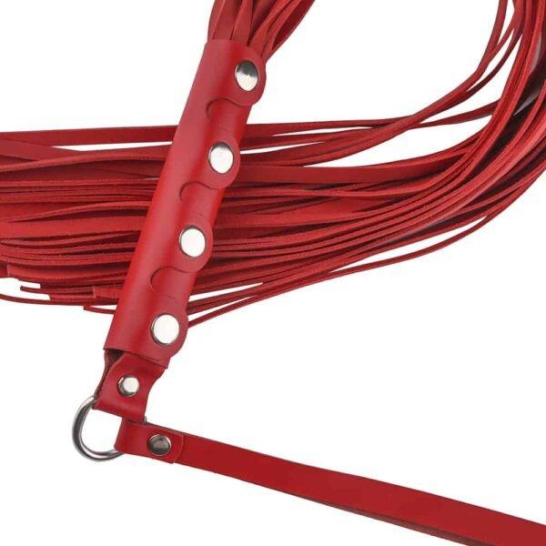 Fouet de Bdsm en cuir rouge avec détails argentés sur le manche et logo de Baed Stories