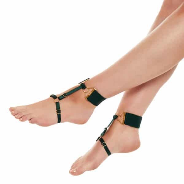 Anklets Eden green from the brand Bordelle. This product is made of lilac elastic and gold plated snap hooks, rings and settings. The ankle strap is a thick lilac elastic with a gold-plated adjustment placed on the front. There is also a strap at the arch of the foot with a ring on the top of the foot. A thin elastic band connects the two elastic bands and dresses the foot.