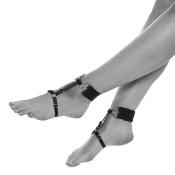 Браслеты Tundra lilac бренда Bordelle. Это изделие изготовлено из сиреневой резинки и позолоченных защелок, колец и настроек. Ремешок на лодыжке из плотной сиреневой резинки с позолоченной регулировкой спереди. Также имеется ремешок на своде стопы с кольцом на верхней части стопы. Тонкая эластичная лента соединяет две резинки и одевается на ногу.