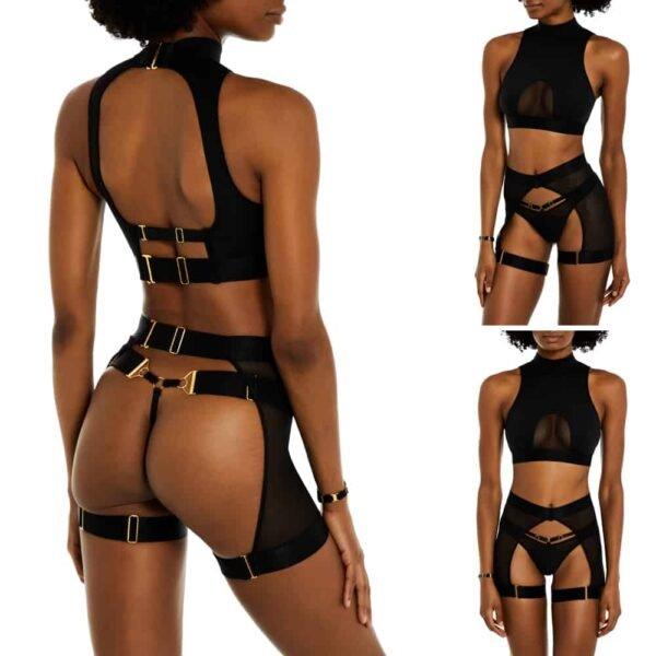 Ensemble noir composé d'un string noir avec détails dorés notamment à l'arrière, d'un haut dos nu qui remonte autour du cou et avec une légère transparence au niveau de l'entre seins et d'un porte jarretelle noir