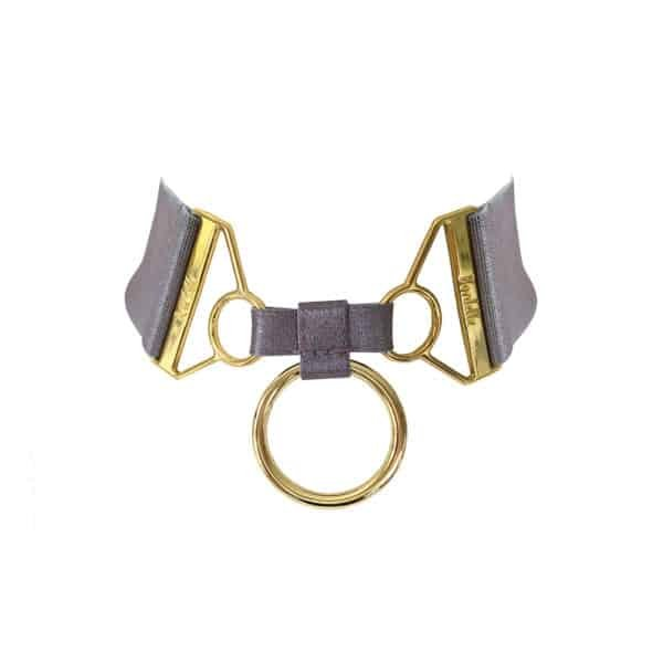 Necklace Rey of color Lilac Tundra of the brand Bordelle. It is composed of a thick elastic and contains in its center two 24 carat gold plated hooks embossed with the name of the brand. They are joined by a fine green knot where a gold ring hangs as a pendant.