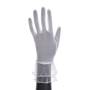 Белые ажурные перчатки с рюшами на запястье, они слегка прозрачны.