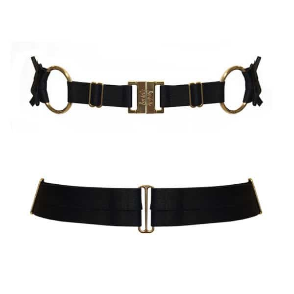 Black belt from the brand Bordelle. The product is made from satin elastic and 24-carat gold clasps. The front closure is embossed with the brand's name. Two gold-coloured rings adorn the product and structure it by holding a thicker elastic in the back with two small bows at the ends. On the front two elastic bands join the two central clasps.