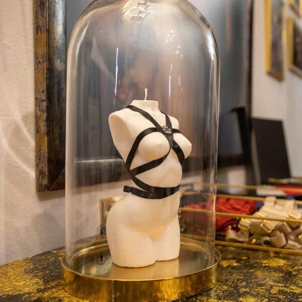 Locale Brigade Mondaine. Bougie du corps d'un femme issue d'une collaboration entre Baed Stories et Brigade Mondaine. Cette bougie est faite à 100% de cire végétale, elle est faite de cire blanche et possède un harnais en tissus noir. Elle mesure 16cm de hauteur et 7cm de largeur.