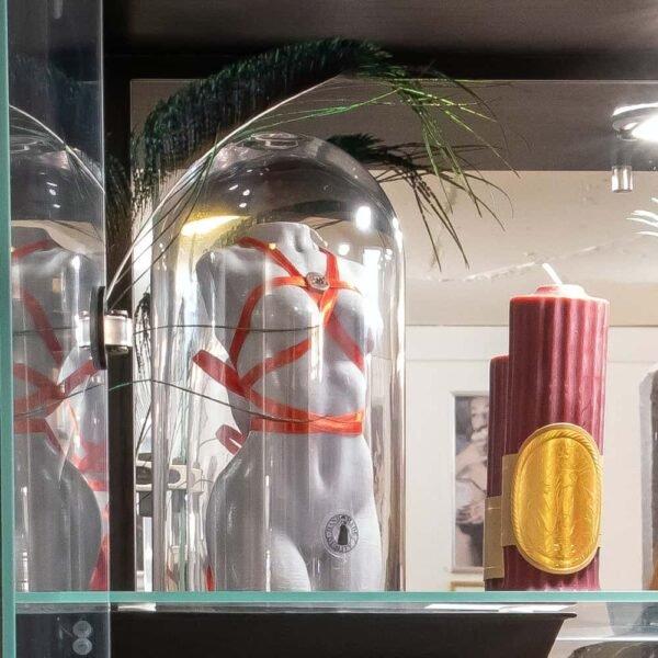 Bougie du corps d'un femme issue d'une collaboration entre Baed Stories et Brigade Mondaine. Cette bougie est faite à 100% de cire végétale, elle est faite de cire blanche et possède un harnais en tissus rouge. Elle mesure 16cm de hauteur et 7cm de largeur.