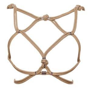 Harnais Hoshi de la marque Figure of A de couleur beige. Cette pièce est confectionnée à partir de cordes de coton ciré et de perles d'argent en alliage zinc et laiton. Elle se porte sur la cage thoracique et contient un enlacement de cordes qui enveloppent les seins et le tour de taille.