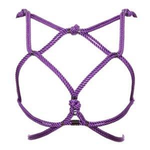 Harnais Hoshi de la marque Figure of A de couleur lila. Cette pièce est confectionnée à partir de cordes de coton ciré et de perles d'argent en alliage zinc et laiton. Elle se porte sur la cage thoracique et contient un enlacement de cordes qui enveloppent les seins et le tour de taille.