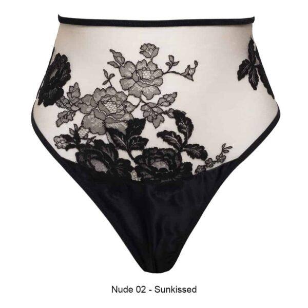 String Taille Haute Nude Sunkissed Collection Syntosis de la marque HERVE BY CELINE MARIE. Le string est une taille haute simple des mêmes compositions de tissus avec un laçage ajustable dans le bas du dos.