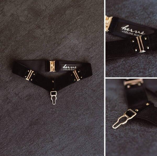 Choker Verene de la marque HERVÉ by Celine Marie en velours noir avec des attaches en laiton doré dont l'un est situé en central pendant et deux autres aux extrémités pour l'ajustement du collier . Une étiquette portant le logo de la marque est cousu a l'intérieur du produit.