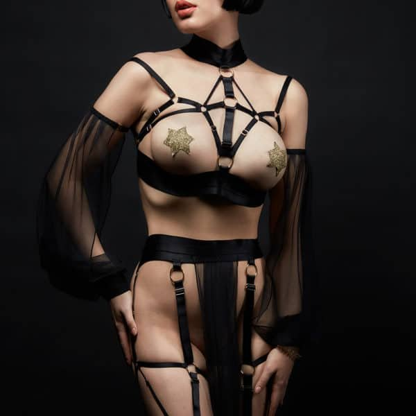Cleopatra costume from Baed Stories. This costume features a bandage bra with sliding sleeves. A belt with a long black transparent piece hides the private parts. Multiple lacings are connected to this belt and wrap the legs.