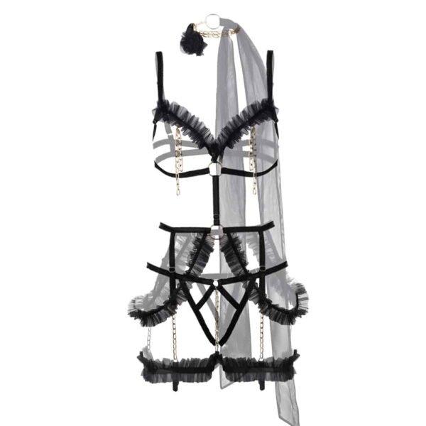 Costume Empress de la marque Baed Stories. Ce costume comporte un soutien gorge bandage avec des froufrous sur le décolleté et un anneau placé au niveau du thorax qui relient la ceinture placée au niveau des hanches. Des chaines agrémentées de froufrous ornent l'ensemble au niveau du tour de cuisse et des hanches. Un tour de cou en chaînes couleur or rappelle les chaines placées sur le bonnet du soutien gorge. Pour le bas, il s'agit d'un tanga bandage.