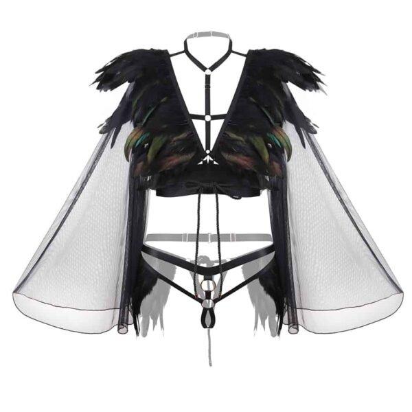 Costume Geisha de la marque Baed Stories. Ce costume comporte un soutien-gorge qui ne contient pas de bonnet mais une pièce noire placée au niveau de la taille et des plumes dans un camaïeu de vert et de noir cousu sur le décolleté et jusqu'aux épaules. Il est également muni de manches kimono en maille illusion transparence. Pour le bas, une petite culotte bandage noire est décorée de plumes noires sur les hanches.