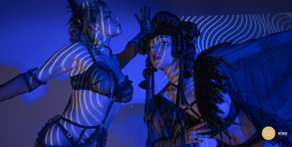 Le costume de rôle Play GEISHA comprend un soutien-gorge ouvert de type harnais avec de superbes manches kimono en résille et décoré de plumes véritables et une culotte ouverteLe costume de rôle Play EMPRESS comprend des volants ludiques et des chaînes élégantes qui ornent l'ensemble d'un soutien-gorge bondage, d'un porte-jarretelles, d'une culotte ainsi que d'un choker avec foulard en voile.