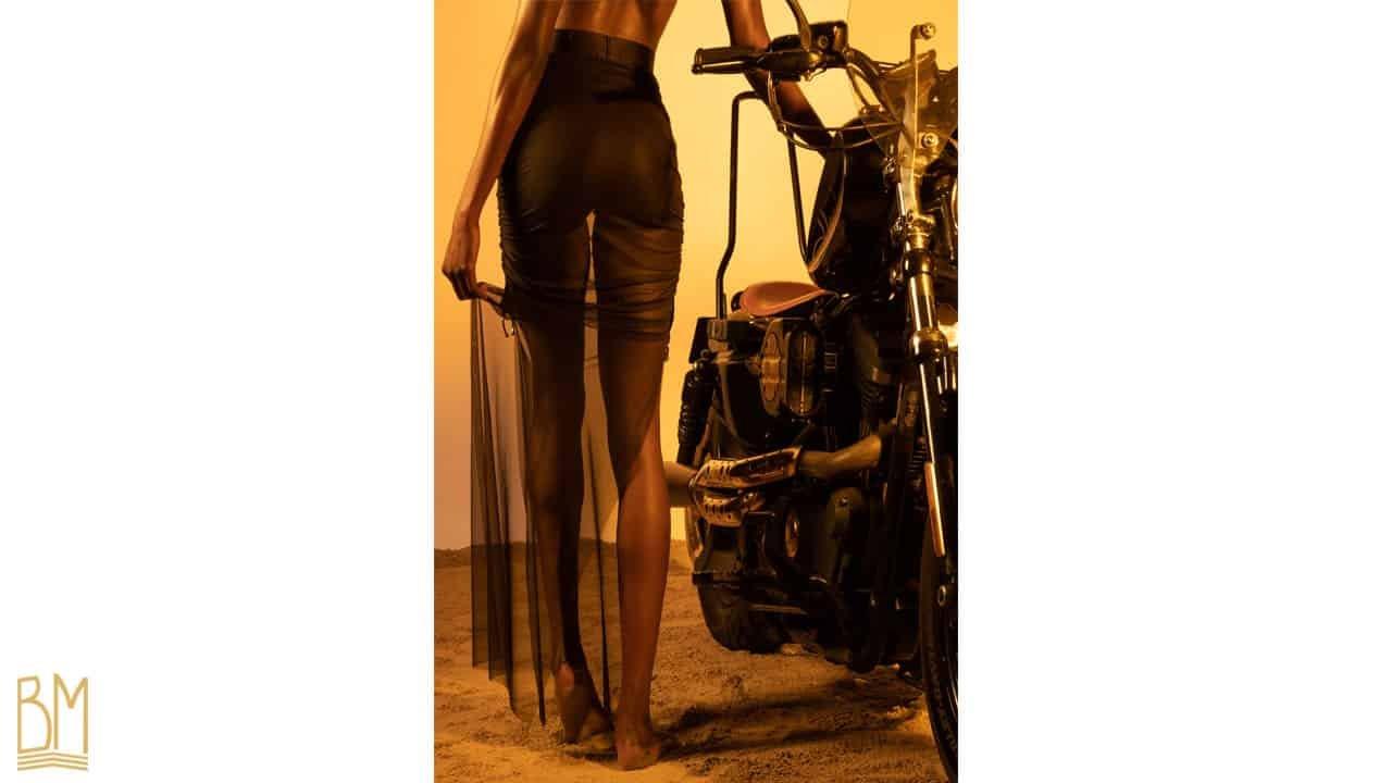 Jupe en tulle Darya noire de la marque Gonzales Affaires. Cette jupe est fabriquée à partir d'un tulle noir et d'une bande élastiquée en satin au niveau de la taille. Elle s'arrête au niveau des chevilles et est fendue de chaque coté.