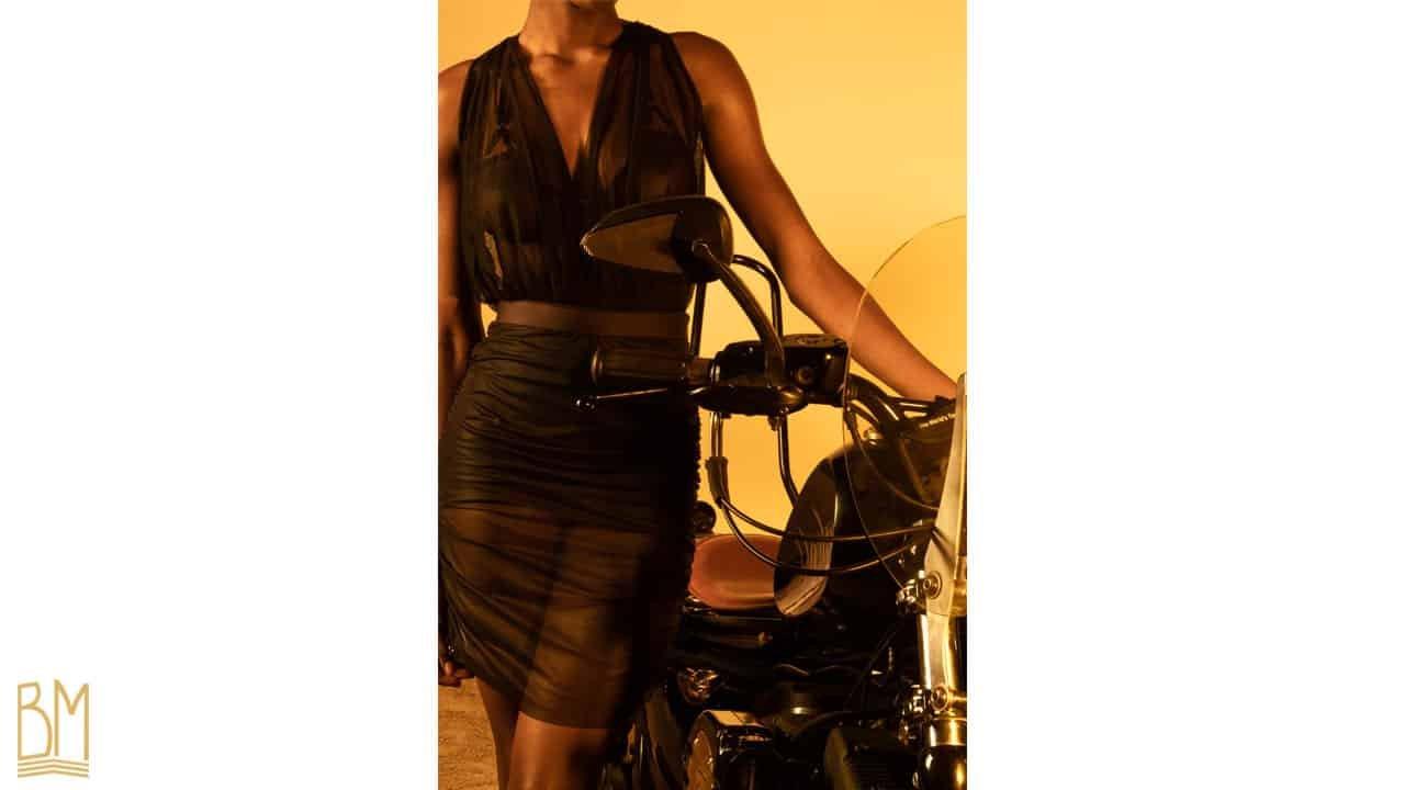 Body Demure et jupe Darya noirs de la marque Gonzales Affaires. Le body est fabriqué à partir de tulle et de soie italienne. Sa forme enveloppe la poitrine d'un tulle tout en transparence avec à la taille une bande de soie. Dans le bas du dos, quatre élastiques sont placés afin de maintenir le body et deux autres élastiques forment la fermeture à la nuque. Un élastique plus fin traverse toute la colonne vertébrale jusqu'au bas du dos. La jupe est fabriquée à partir d'un tulle noir et d'une bande élastiquée en satin au niveau de la taille. Elle est assez courte et est froncée de chaque coté du produit.