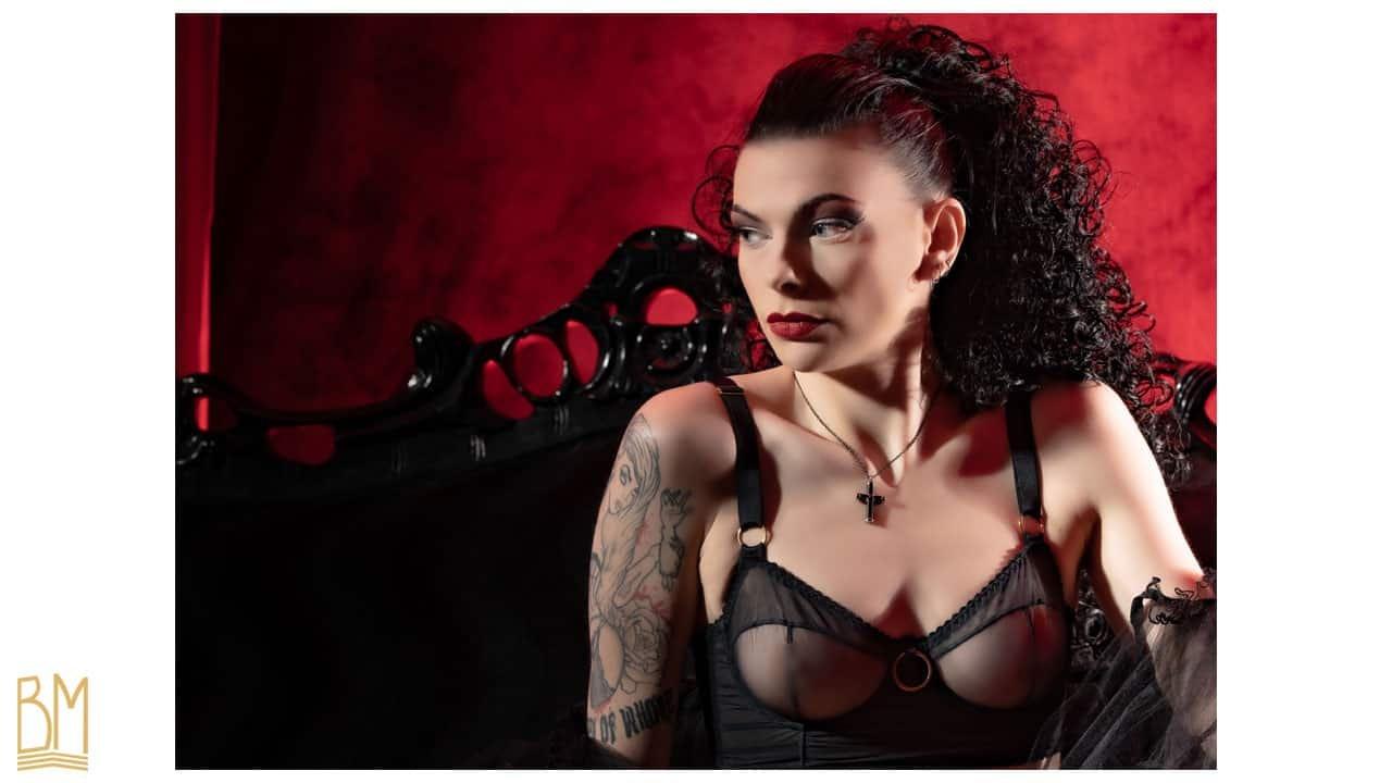 Photo de Julie Von Trash prise par Trash Tai. Le modèle porte un soutien gorge noir transparent à bretelles épaisses et anneaux de la marque GONZALES.