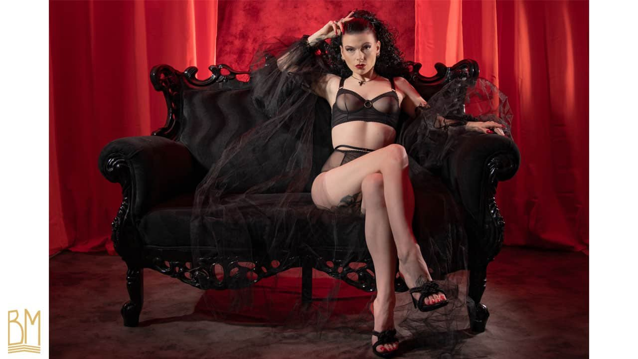 Soutien gorge noir transparent à bretelles épaisses et anneaux de la marque GONZALES. Culotte transparente noire taille haute de la marque GONZALES.
