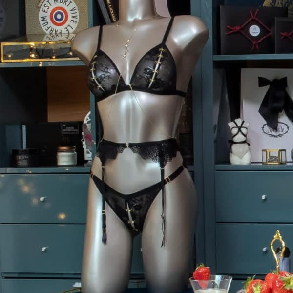 Culotte Atelier Amour en dentelle noir avec une ouverture fait de petit crochets dorés qui peut se dégrafée sur toute la longueur.