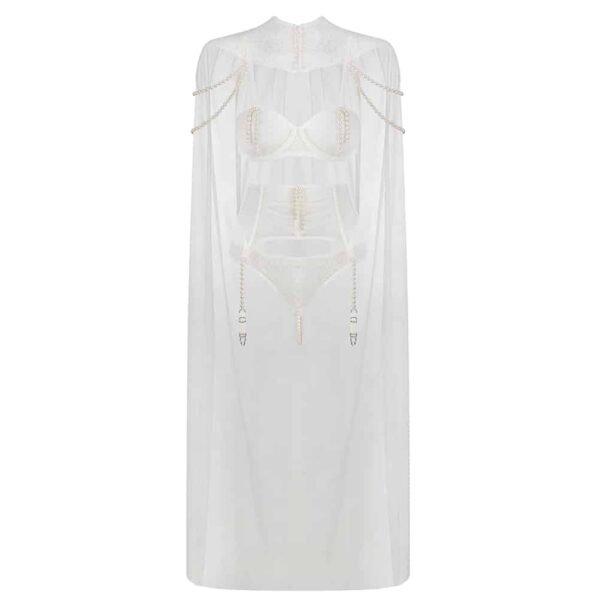 Costume de Bride de la marque Baed Stories de la collection costume. Ce costume comprend un ensemble de lingerie blanc, comprenant une culotte, un corset porte jarretelle ainsi qu'un soutien gorge. Ils sont ornés de perles sur le soutien gorge et le corset porte jarretelle, la culotte possède en plus un fil de perles au niveau du pubis. L'ensemble est surmonté d'une cape blanche avec un col en dentelle arrivant au niveau des chevilles.