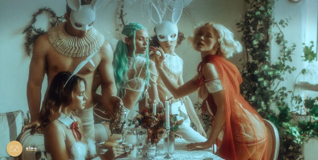 Les modèles portent les costumes sexy bunny, bride de la marque Baed Stories.