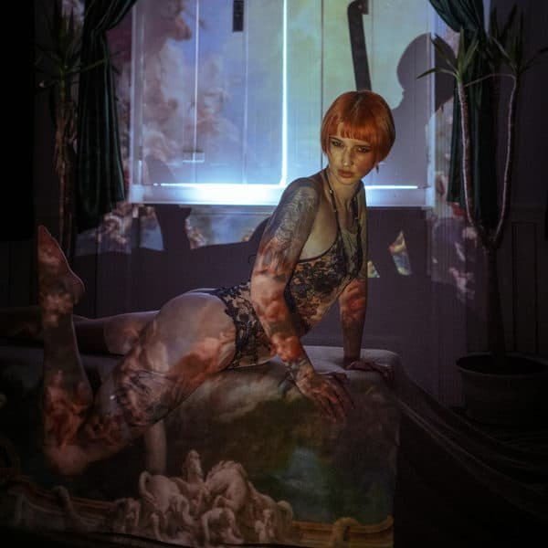 Body de la marque Hervé by Céline Marie de la collection Illucia. C'est un body doublé de soie avec un gousset de coton de bambou. Il possède de la dentelle française sur les côtés et recouvrant les seins. Le reste du body est fait en résille.