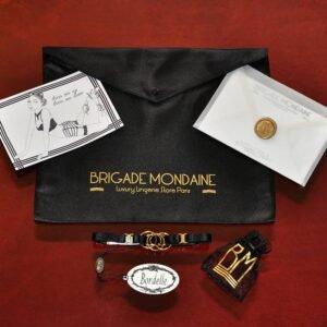 Luxury gift wrap, Bordelle et Brigade Mondaine collier Bordelle disponible dans le pack cadeau noir.Le collier est fin et possède des détails en doré.