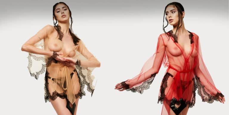 Le mannequin porte deux modèles identiques un kimono court rouge et beige de la marque LUDIQUE LINGERIE. Ils ont des détails en dentelle noire sur le col, les manches et le bas. Il y a également une ceinture pour marquer la taille.