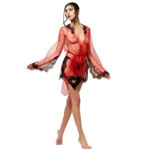 Le mannequin porte un kimono court rouge de la marque LUDIQUE LINGERIE. Il y a des détails en dentelle noire sur le col, les manches et le bas. Il y a également une ceinture rouge pour marquer la taille.