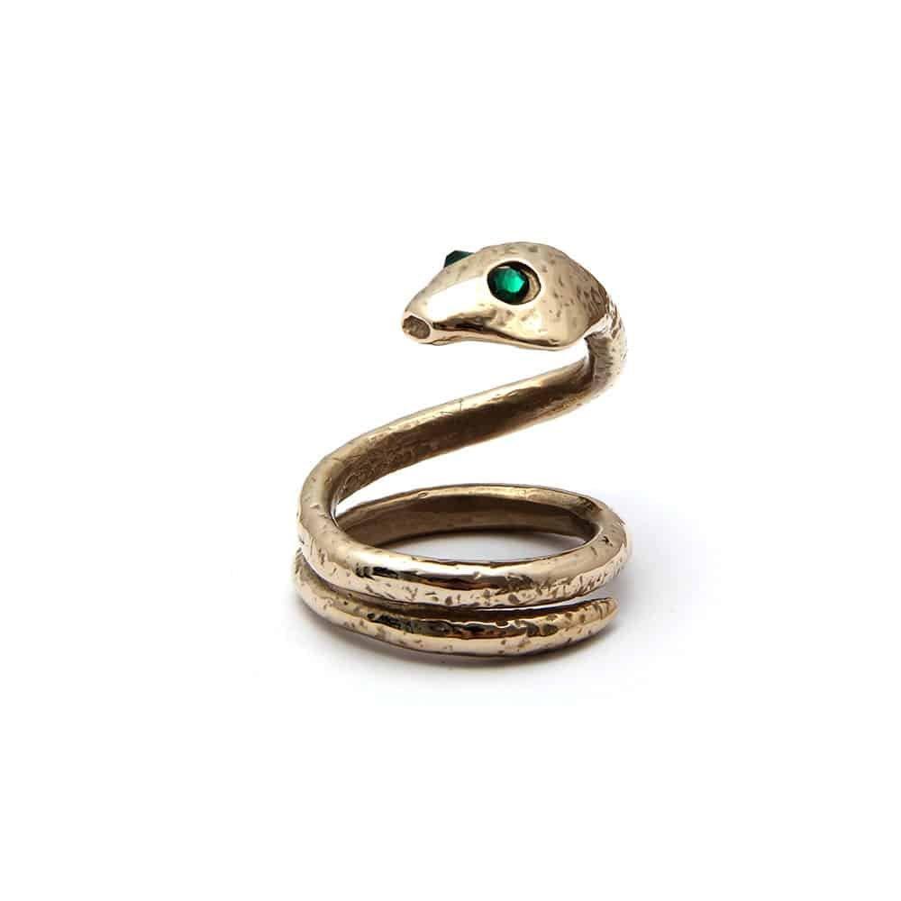 Ceci est une bague en forme de serpent. Le serpent a pour yeux des émeraudes vertes. La queue du serpent s'enroule afin de former un anneau large.