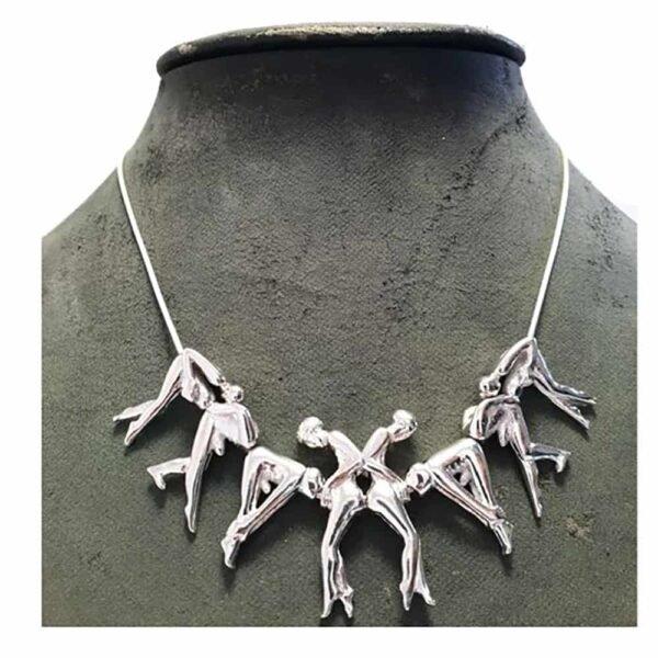 Collar de rosas de plata formado por diferentes personas conectadas entre sí. Hay tres personas a cada lado y dos personas en el centro.