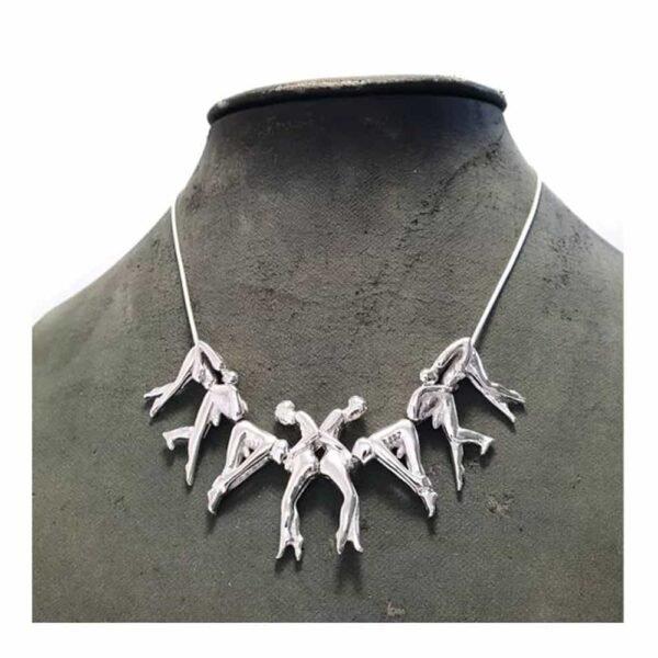 """Серебряное ожерелье """"Бутоны роз"""" из разных людей, связанных друг с другом. По три человека с каждой стороны и два человека в центре."""