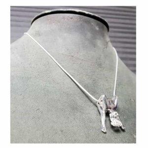 Серебряное ожерелье Rosebuds, серебряная женщина показывает нам свою анатомию, действительно, она держит свои ноги в воздухе раздвинутыми.