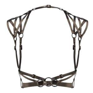 Le harnais comporte des épaulettes reliés aux bretelles par un anneau de couleur dite gun. Le harnais enveloppe la taille par des bandes de cuir en guise de ceinture qui se joignent à un anneau, laissant ainsi la poitrine dénudée. La totalité des bandes en cuirs sont ajustables.