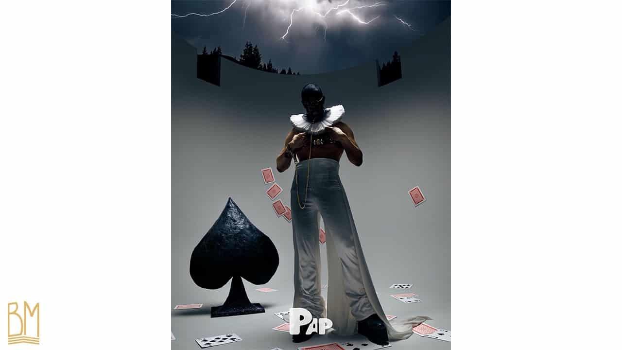 PAP Magazine il s'agit d'un homme portant une laisse de la marque Upko. Derrière lui se trouve le signe du pique noir. On peut apercevoir à sa gauche des cartes en train de tomber et sur le sol sont éparpillés des cartes.