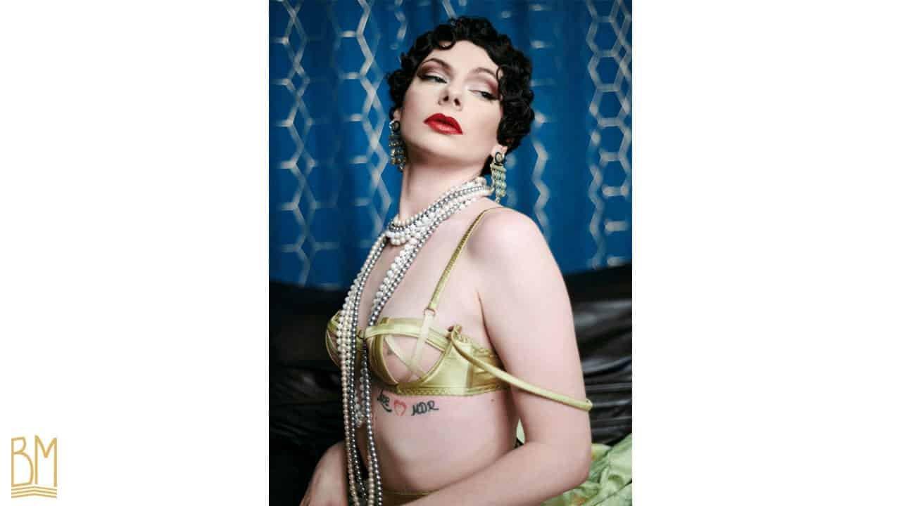 Julie Von Trash lleva un sujetador Gonzales de oro, y un collar de perlas