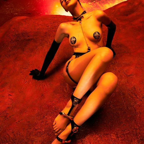 Harnais Chevilles Bondage de la marque Upko noir et or. En bas du harnais se trouve un noeud couleur or et haut une petite boucle en or.