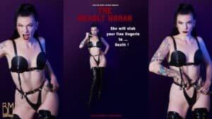 Halloween Julie Von Trash Elle porte sur ces 3 photos un ensemble Elif Domanic. Les photos sont dans une thématique de film d'horreur. Elle regarde l'objectif avec fermeté et tient dans sa main un couteau.